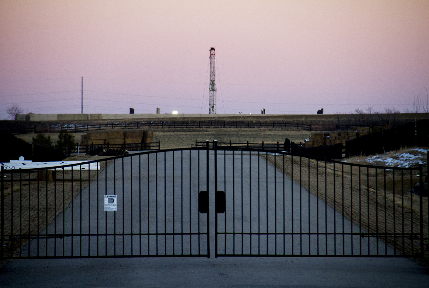 A fracking rig on Colorado's Front Range. (Kevin J. Beaty)  front range; energy; fracking; oil and gas; kevinjbeaty;