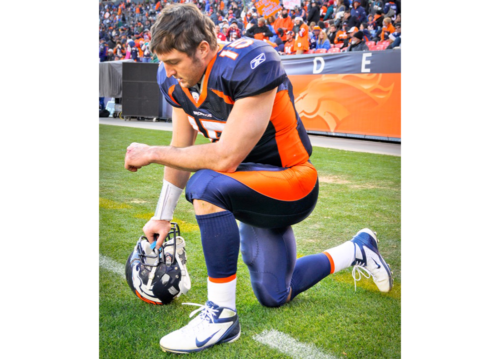 Tim_Tebow_Tebowing-wider