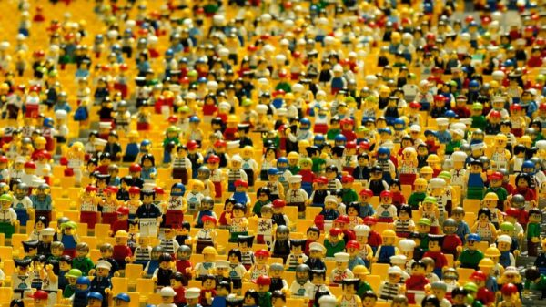 Many, many LEGO people. (Pixabay / Eak K.)