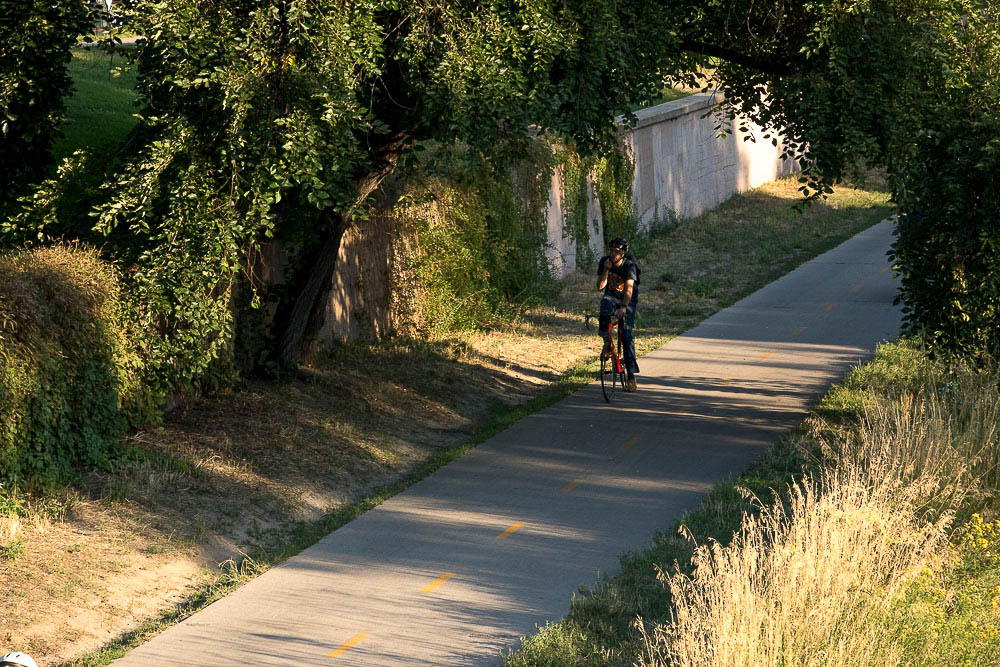 Cherry Creek trail is tranquil in comparison to the traffic on Speer. (Chloe Aiello/Denverite)