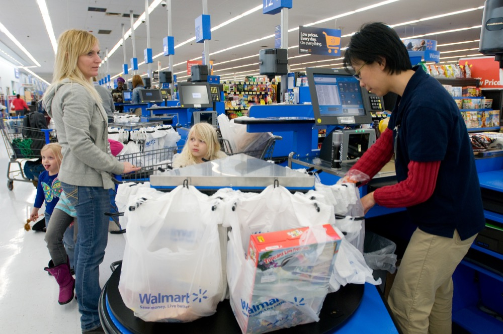 Grace Tan, right, bags up a grocery purchase for Angela Coffer and her daughters at a Gladstone, Missouri Walmart. (Courtesy of Walmart)