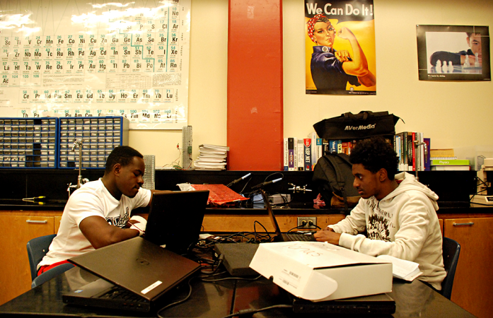 Students at Rangeview High School work during an electronics class. (Nicholas Garcia/Chalkbeat)
