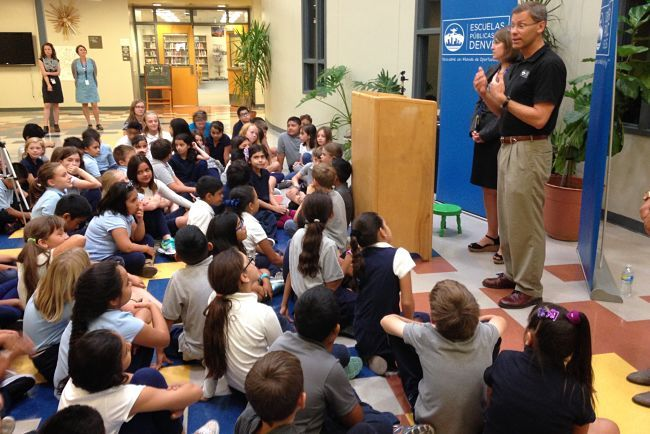DPS Superintendent Tom Boasberg speaks to students at Escuela Valdez about academic growth. (Melanie Asmar/Chalkbeat)