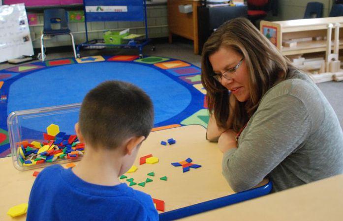 Brandy Barhite works with a preschool student at Beach Court Elementary. (Melanie Asmar/Chalkbeat)