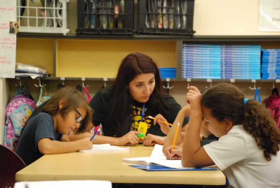 Paris Elementary School teacher Elizabeth Rodriguez checks in with students on Aug. 28 2015. (Nicholas Garcia/Chalkbeat)
