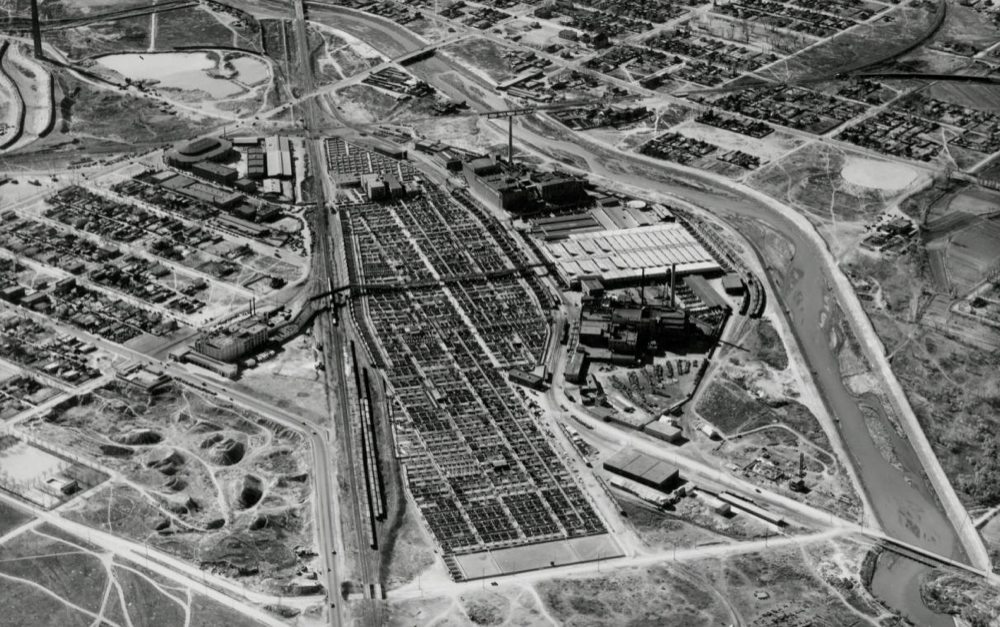 The Denver Stock Yards in 1936, with the South Platte River on the right and Globeville toward the top of the frame. The National Western Center arena can be seen at center left. (Denver Public Library/ Rocky Mountain News Archives / WH2129)