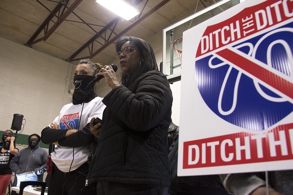 Lamone Noles of City Park Friends And Neighbors speaks at the front of the meeting with Cross Community Coalition founder Candi CdeBaca. Swansea Rec Center, Feb 16, 2017. (Kevin J. Beaty/Denverite)