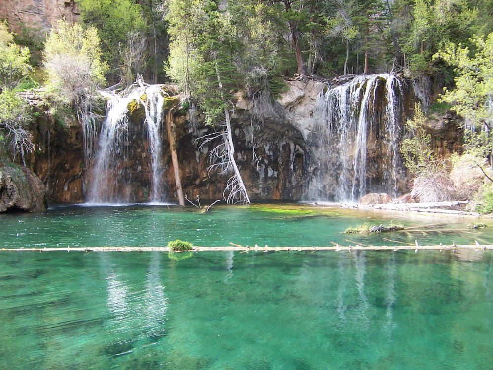 Hanging Lake and its log. (Joshua Hicks/Wikimedia Commons/CC BY-SA 3.0)