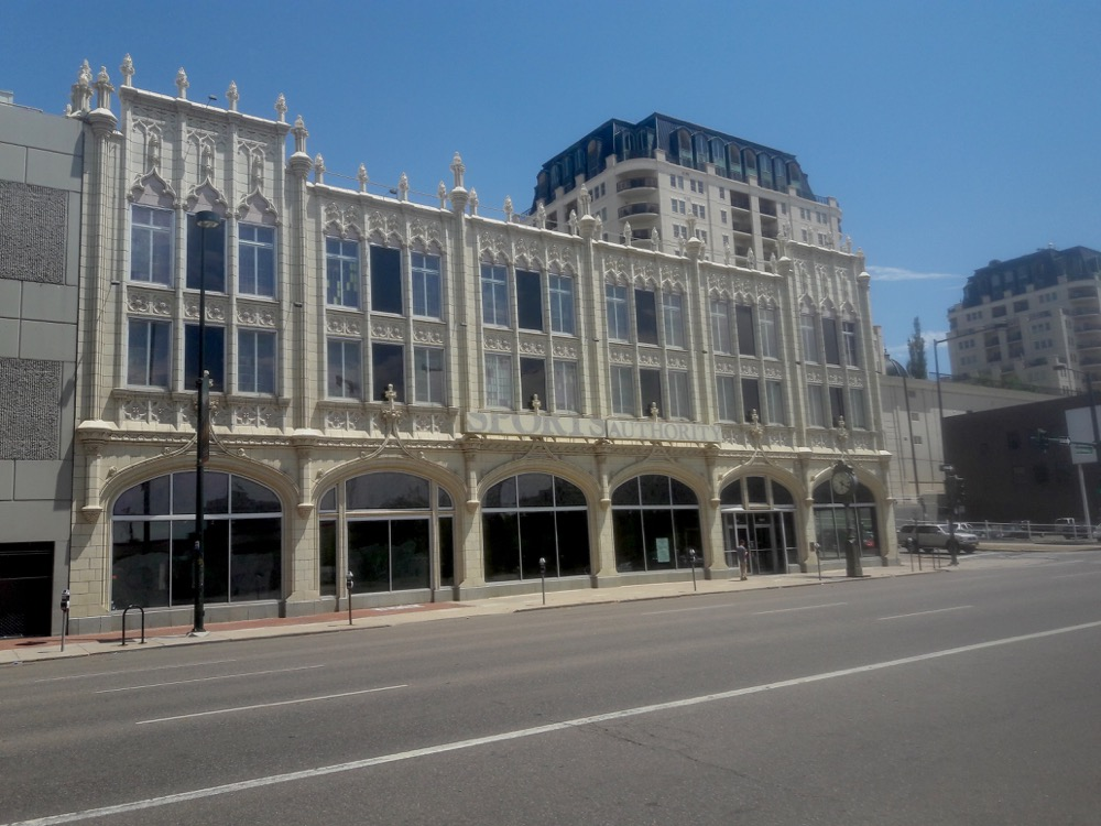 The empty Sportscastle building at 1000 Broadway in Denver. (Adrian D. Garcia/Denverite)