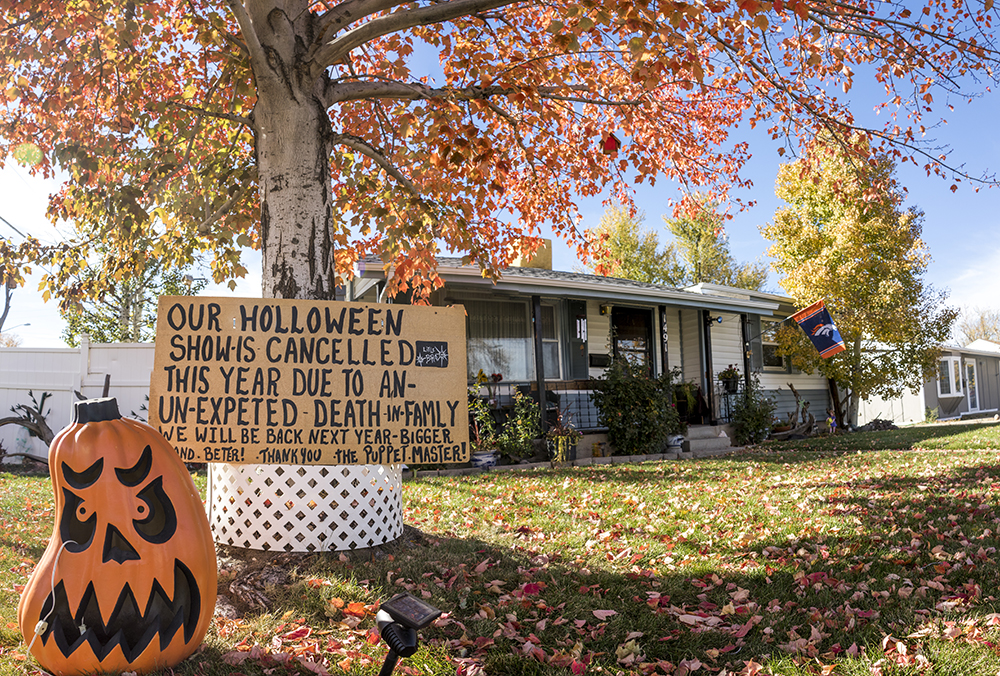 "A cancellation sign in front of Johnny ""the Puppetmaster"" Sandoval's Mar Lee home a week before Halloween. Oct. 24, 2017. (Kevin J. Beaty/Denverite)  denver; colorado; denverite; kevinjbeaty; mar lee; halloween; odd spots; haunted house;"