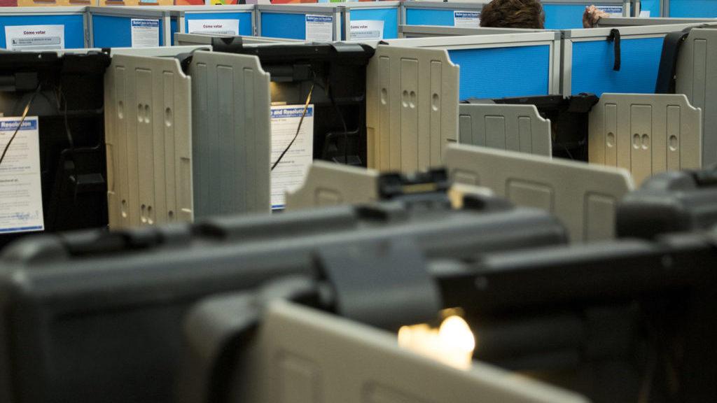 Mesas electorales listas para el público en la sede de la División de Elecciones de Denver, el 31 de octubre, 2018 (Kevin J. Beaty/Denverite).