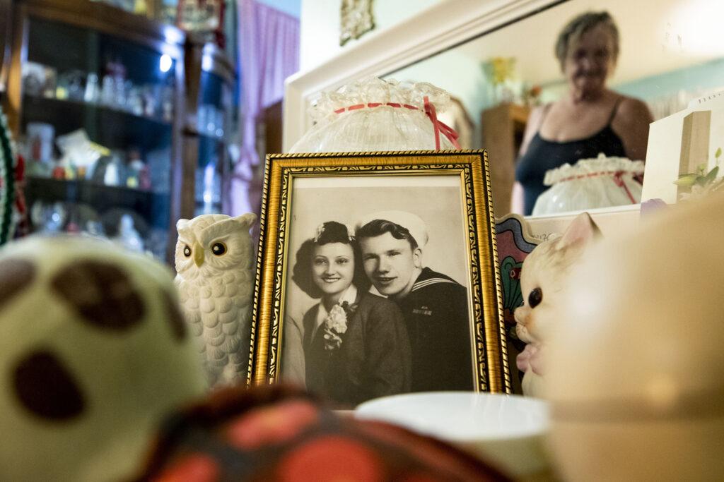 Nettie Moore und ihr Ehemann Dick an ihrem Hochzeitstag und ihre Tochter Diana im Spiegelbild.  22. Januar 2021.