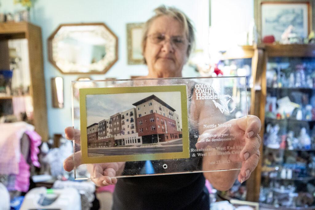 Die Tochter von Nettie Moore, Diana, erhält eine Auszeichnung, die Moore von der Colorado Coalition for the Homeless für ihre Unterstützung der Renaissance West End Flats verliehen wurde.  22. Januar 2021.